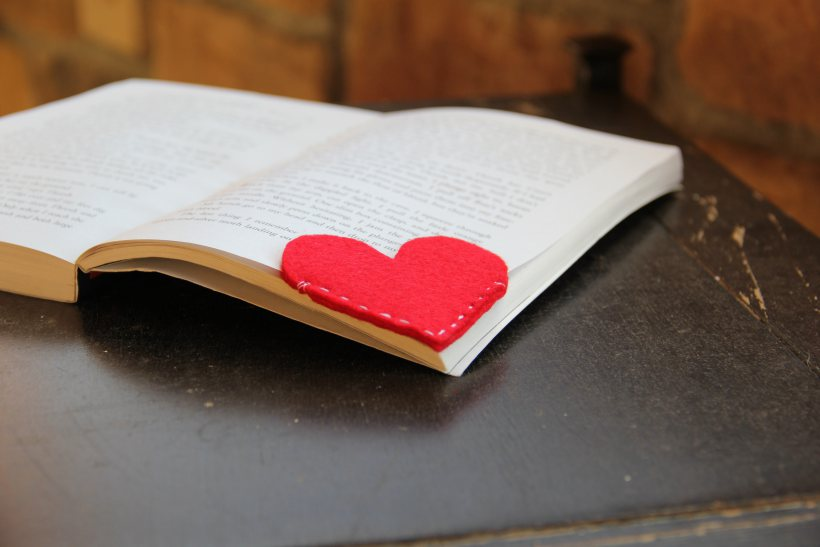 https://cdn.diys.com/wp-content/uploads/2015/07/DIy-Felt-Heart-Bookmark.jpg