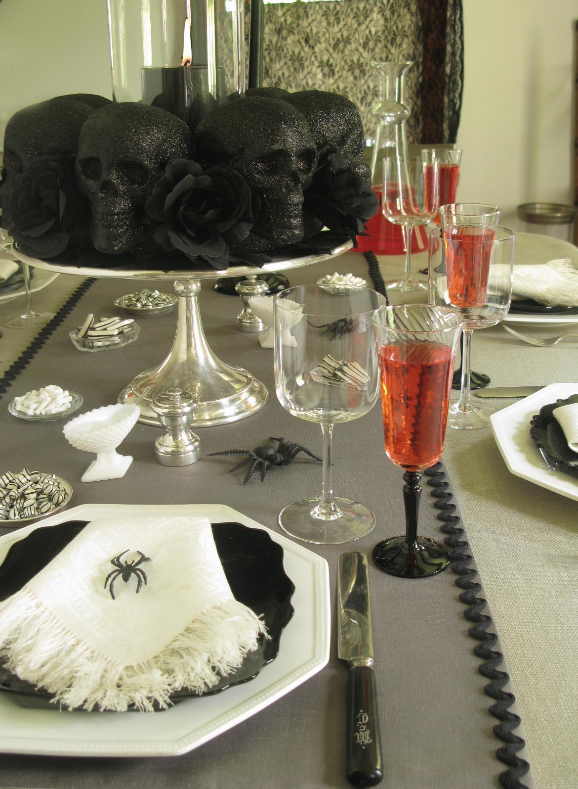 29 spooktacular halloween centerpieces black skull diy this chic black skull centerpiece solutioingenieria Images