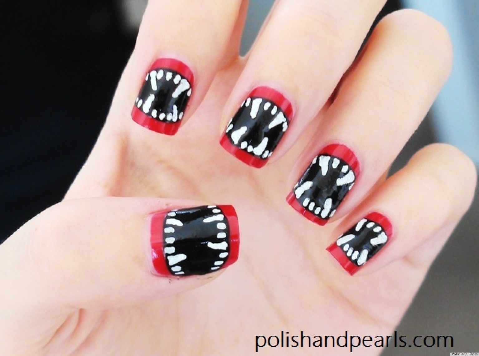 o-DIY-NAIL-ART-HALLOWEEN-VAMPIRE-FANGS-facebook - 15 Halloween Nail Art Designs You Can Do At Home!