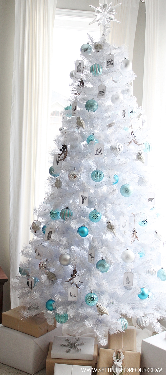 25 non traditional christmas decorating ideas for Blue gold and white christmas tree
