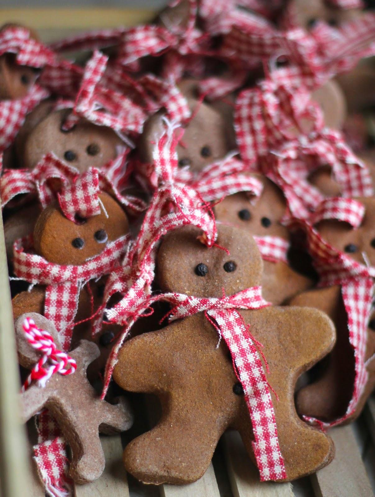 25 beautiful diy christmas ornaments for Salt dough crafts figures