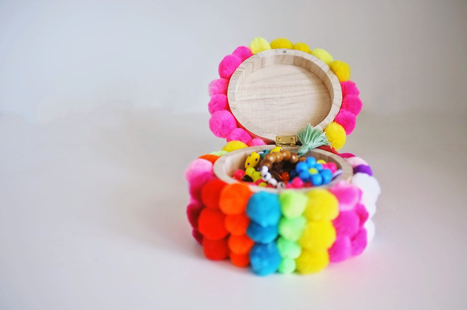 27 pom pom crafts for you and the kids for Crafts to make with pom poms