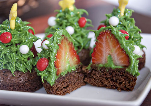 strawberry-christmas-tree-cupcakes