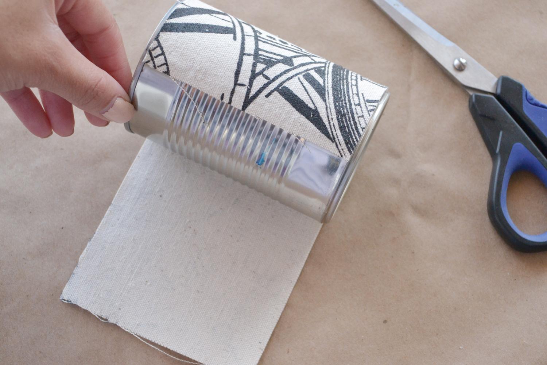 Wrap the burlap around the tin can