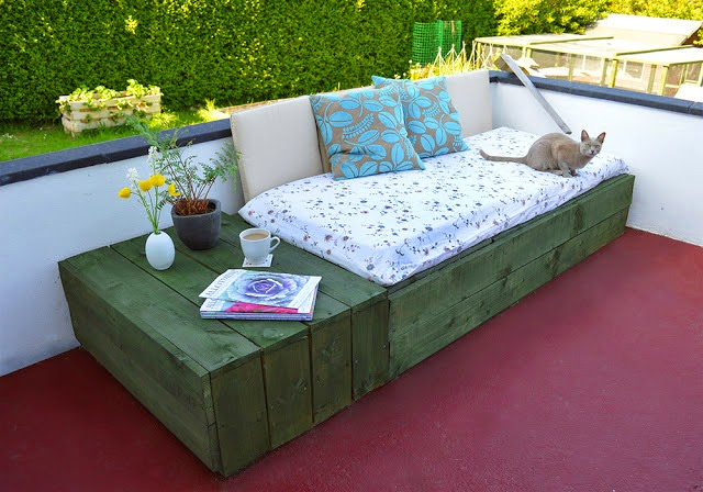 Welcome in the spring with these 26 patio furniture diys pallet day bed diy solutioingenieria Images