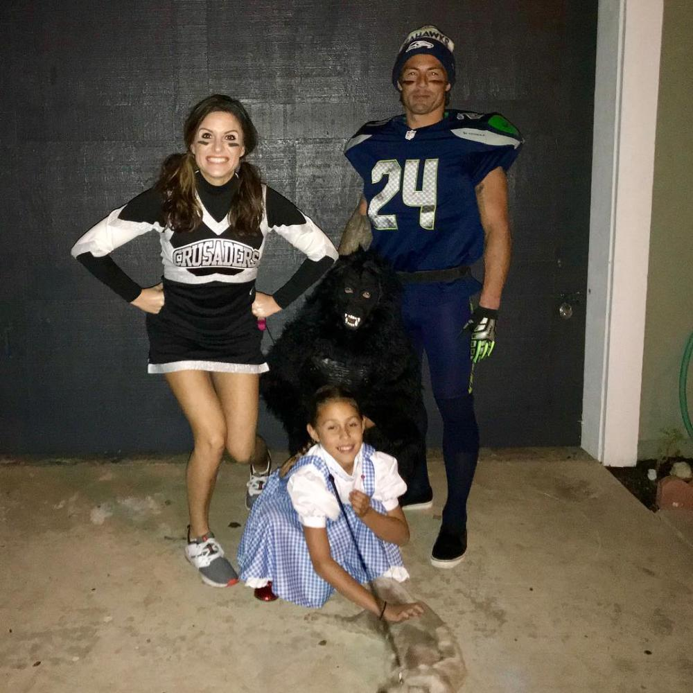 Cheerleader and football player college couple costumes