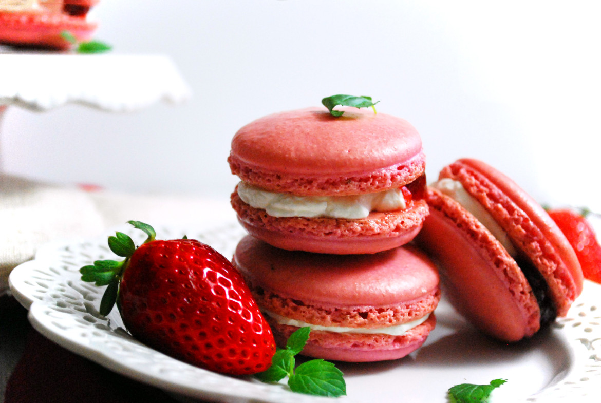 Strawberries and cream french macaroons