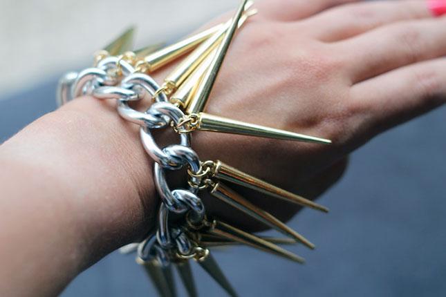 Dangling spikes bracelet
