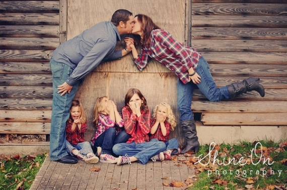 Kissing mom and dad photoshoot idea