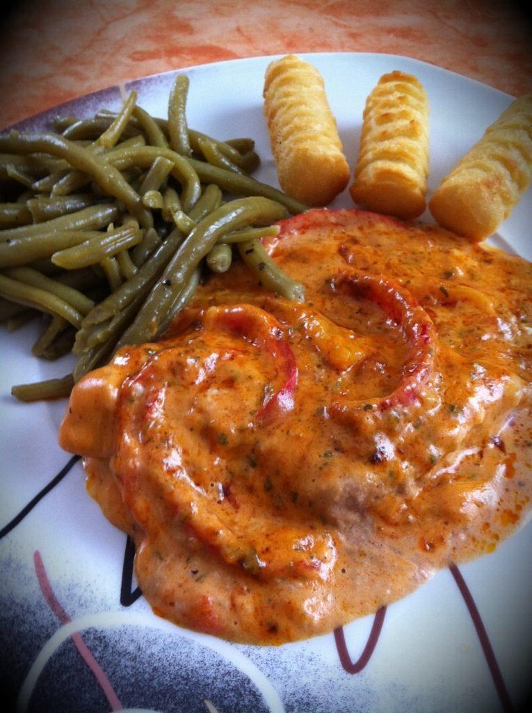 Pork escalope with bell pepper cream sauce