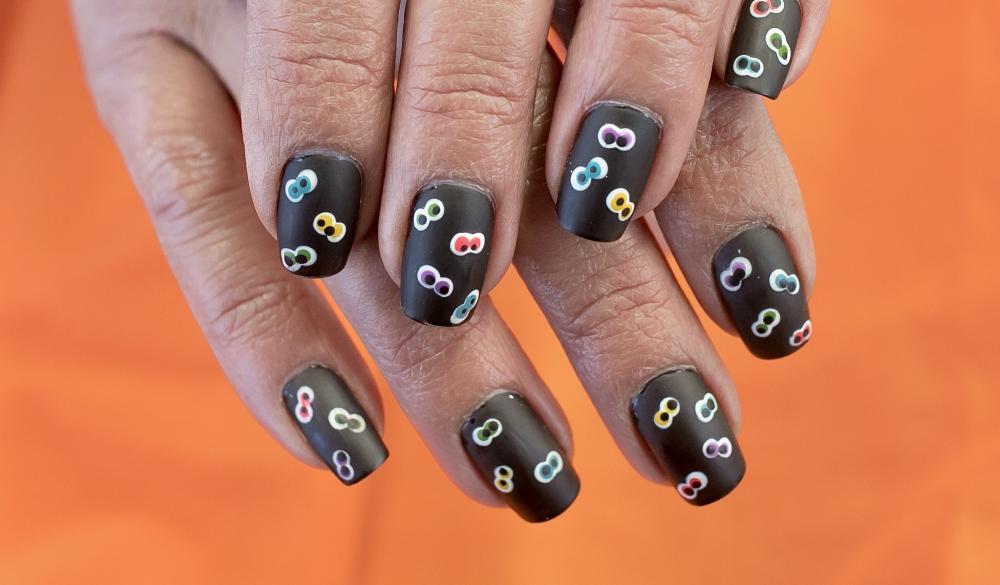 Googly eyes in the dark simple halloween nails