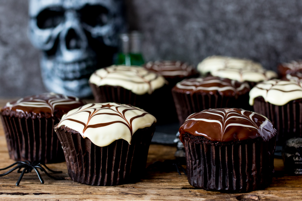 These Halloween spider web cupcakes are easy and delicious!