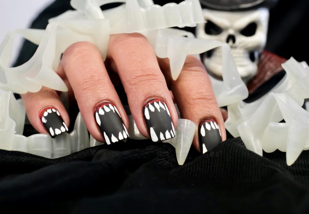 Vampire teeth creepy halloween nails
