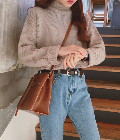 1980's inspired outfit sweater and high waist jeans