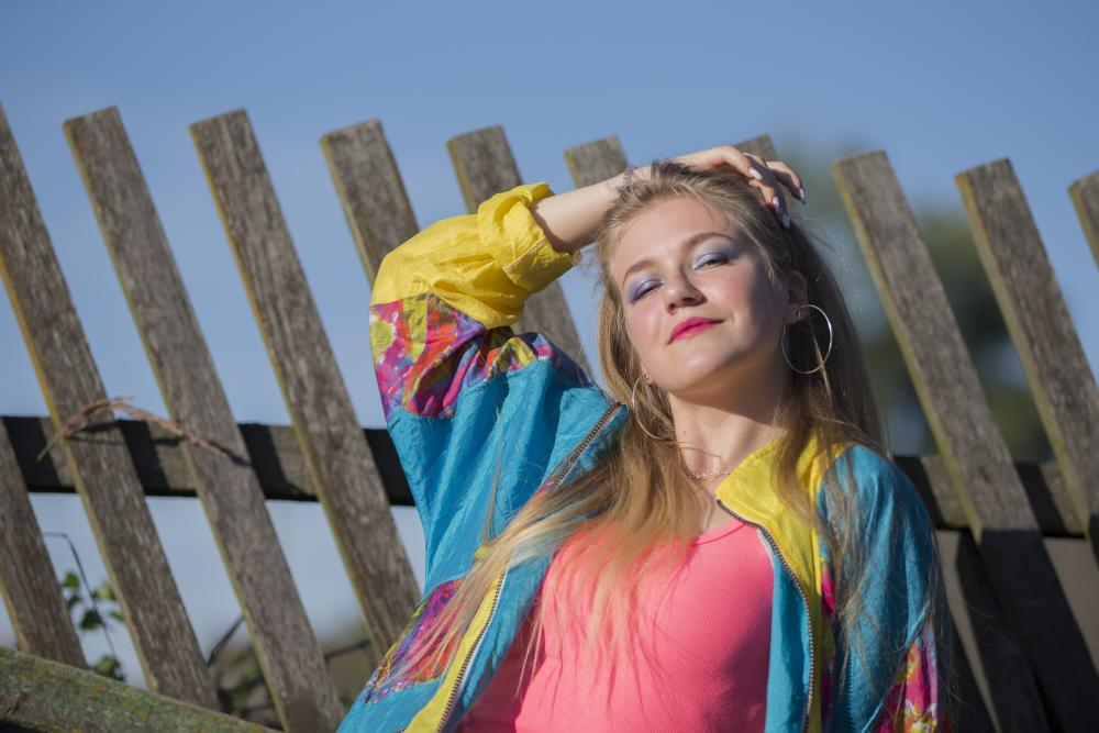 Bright makeup and sports trowel 80s outfits