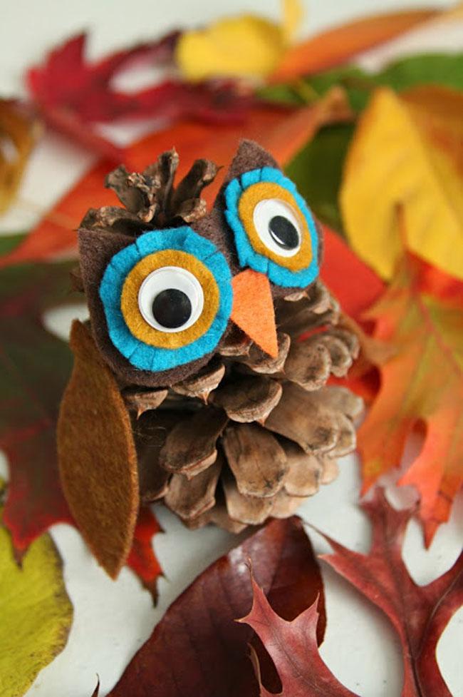 Felt and pine cone owl