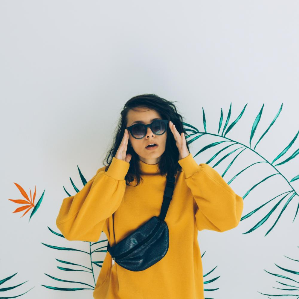 Oversized sweatshirt and belt bag 80s theme outfit