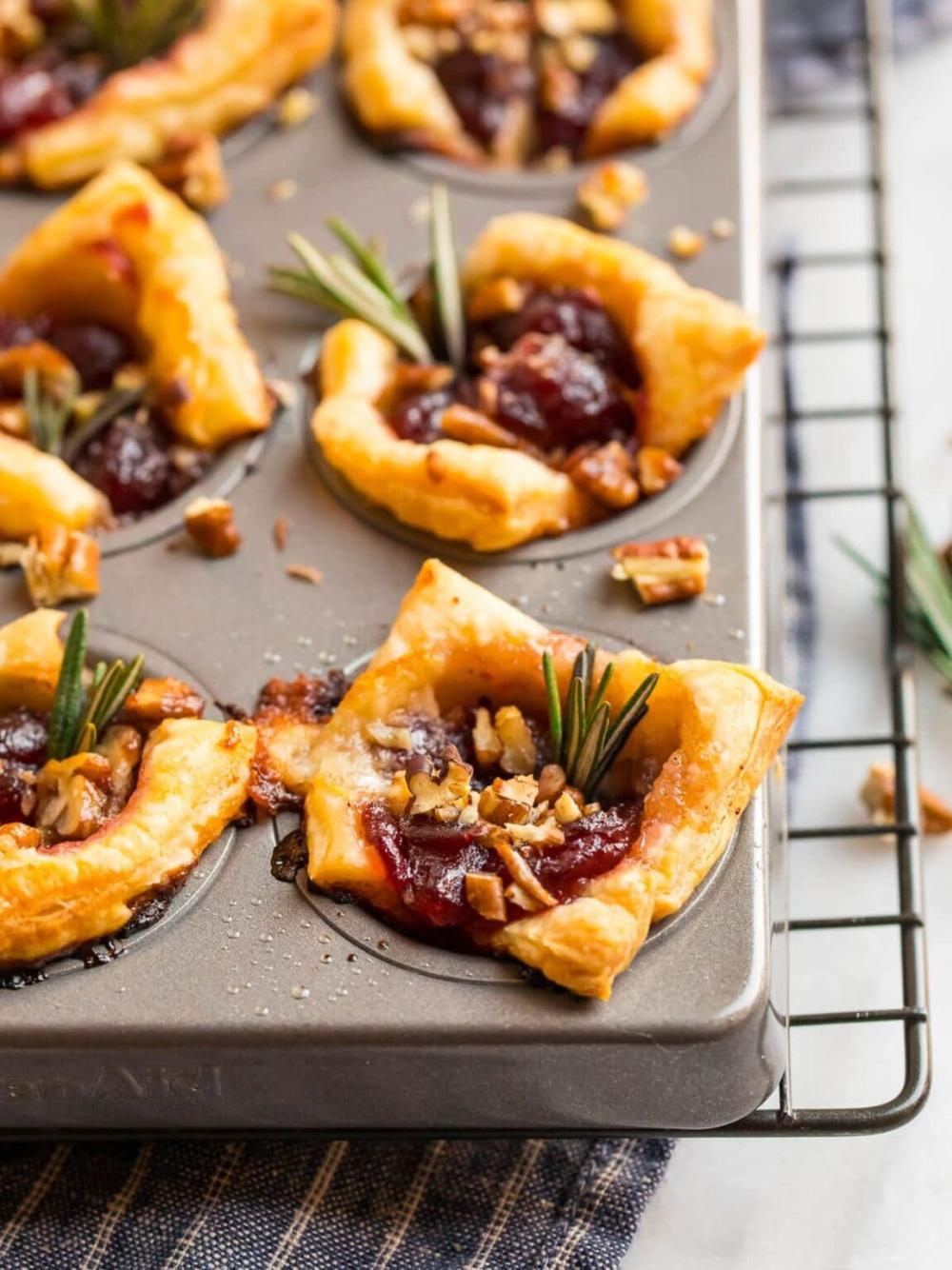 Cranberry brie bites with cranberry sauce and pecans thanksgiving hors d'oeuvres