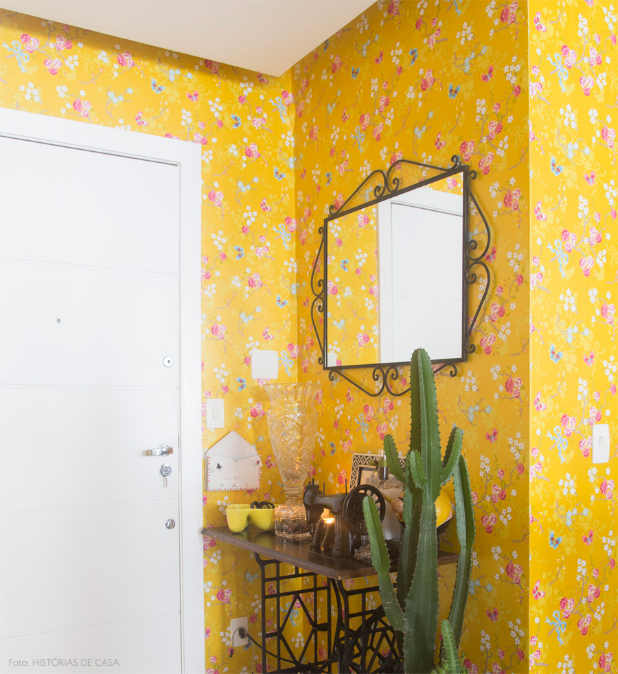 25 Awesome Rooms With Colorful Wallpaper