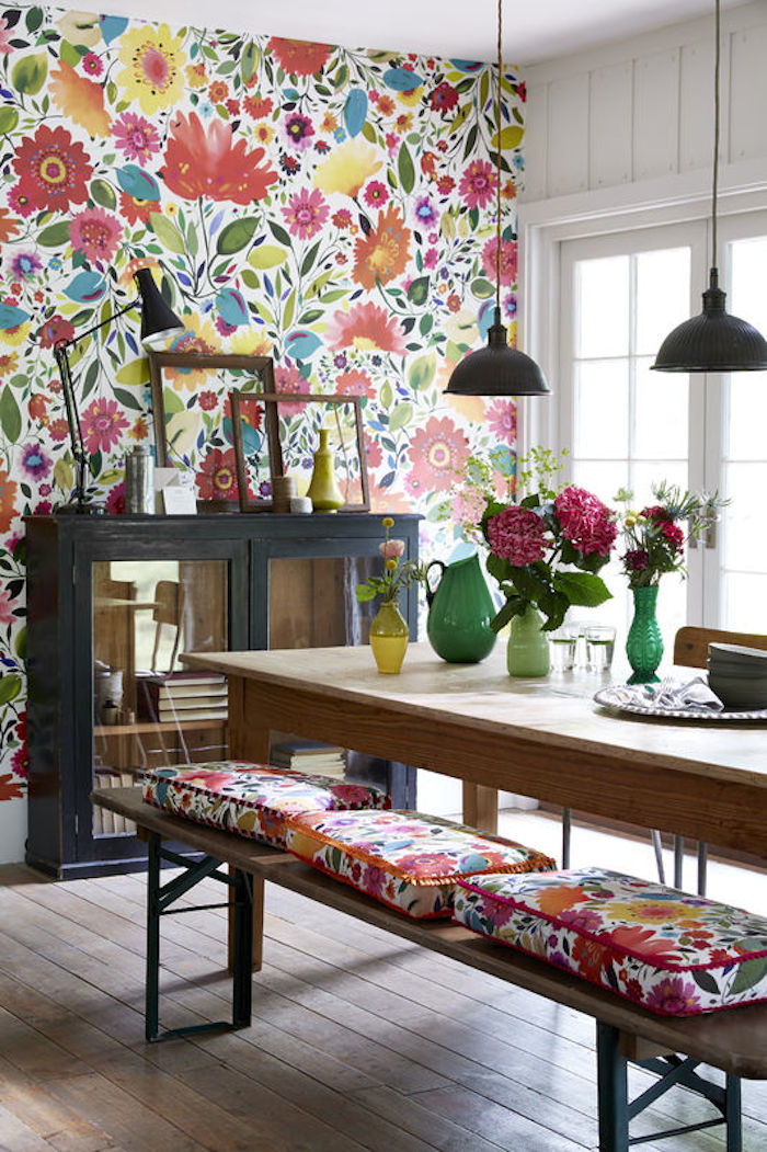 25 awesome rooms with colorful wallpaper for Bright wallpaper for living room
