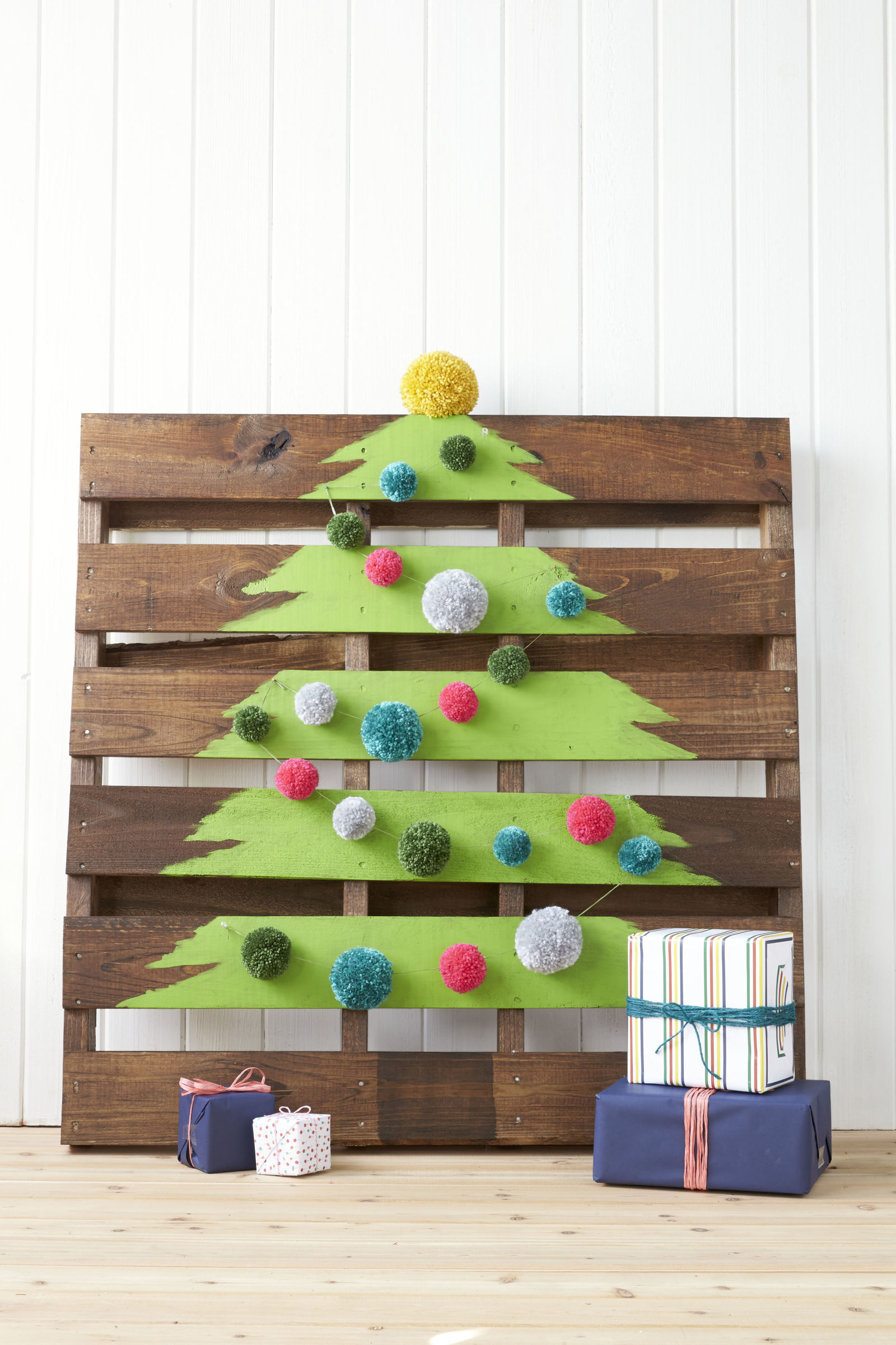 50 front porch christmas decor ideas to make this year for Home made christmas tree decorations