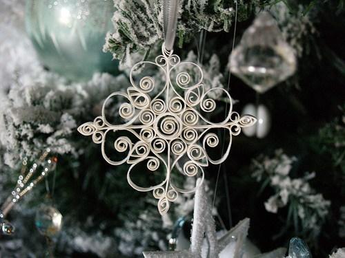 Diy quilled paper snowflake