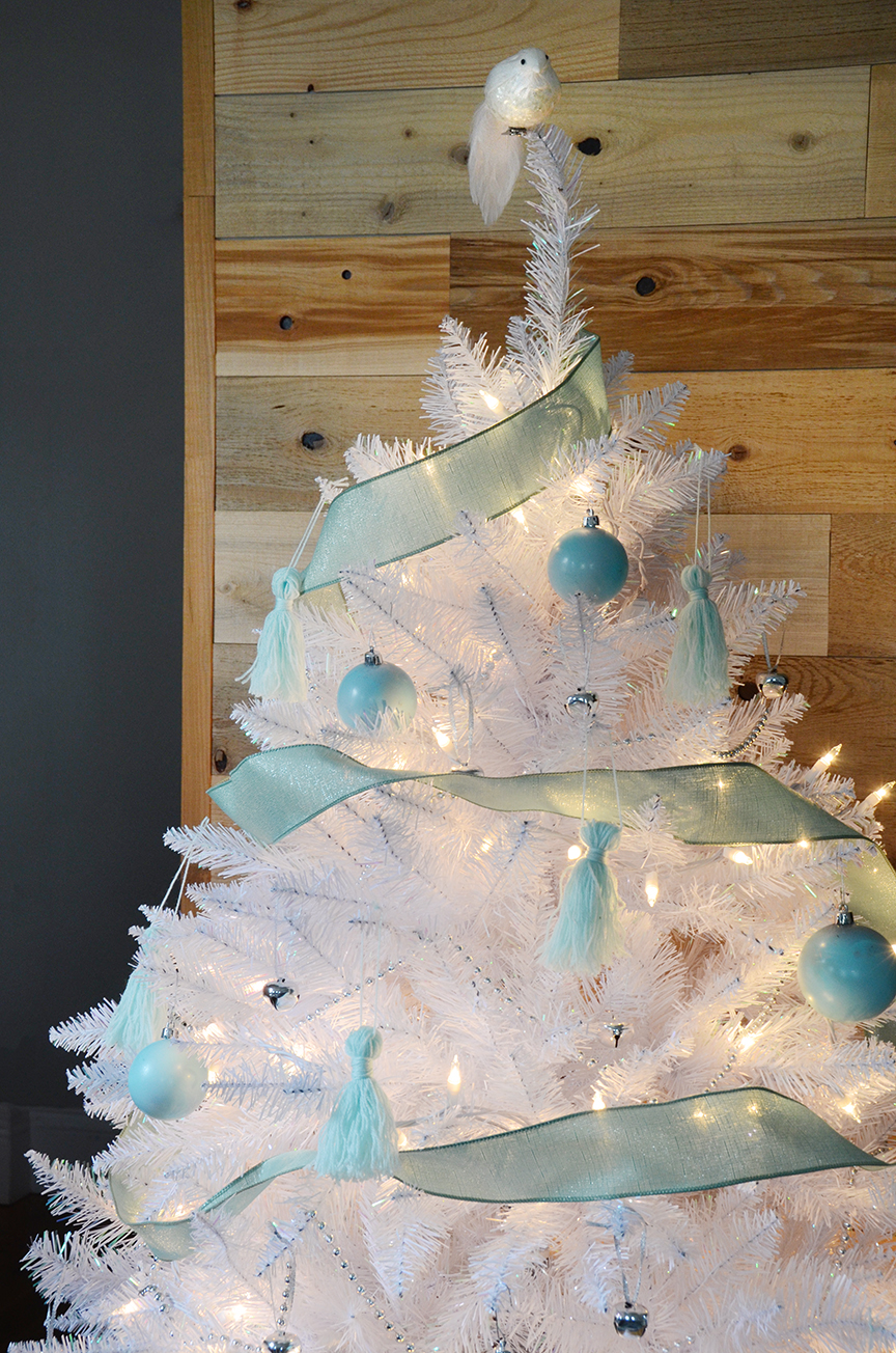 Glam White Christmas Tree Trimmed Decorations With Green Ornaments
