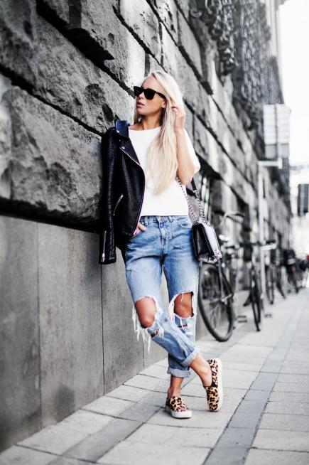Boyfriend jeans and white tee with sneakers summer concert oufit
