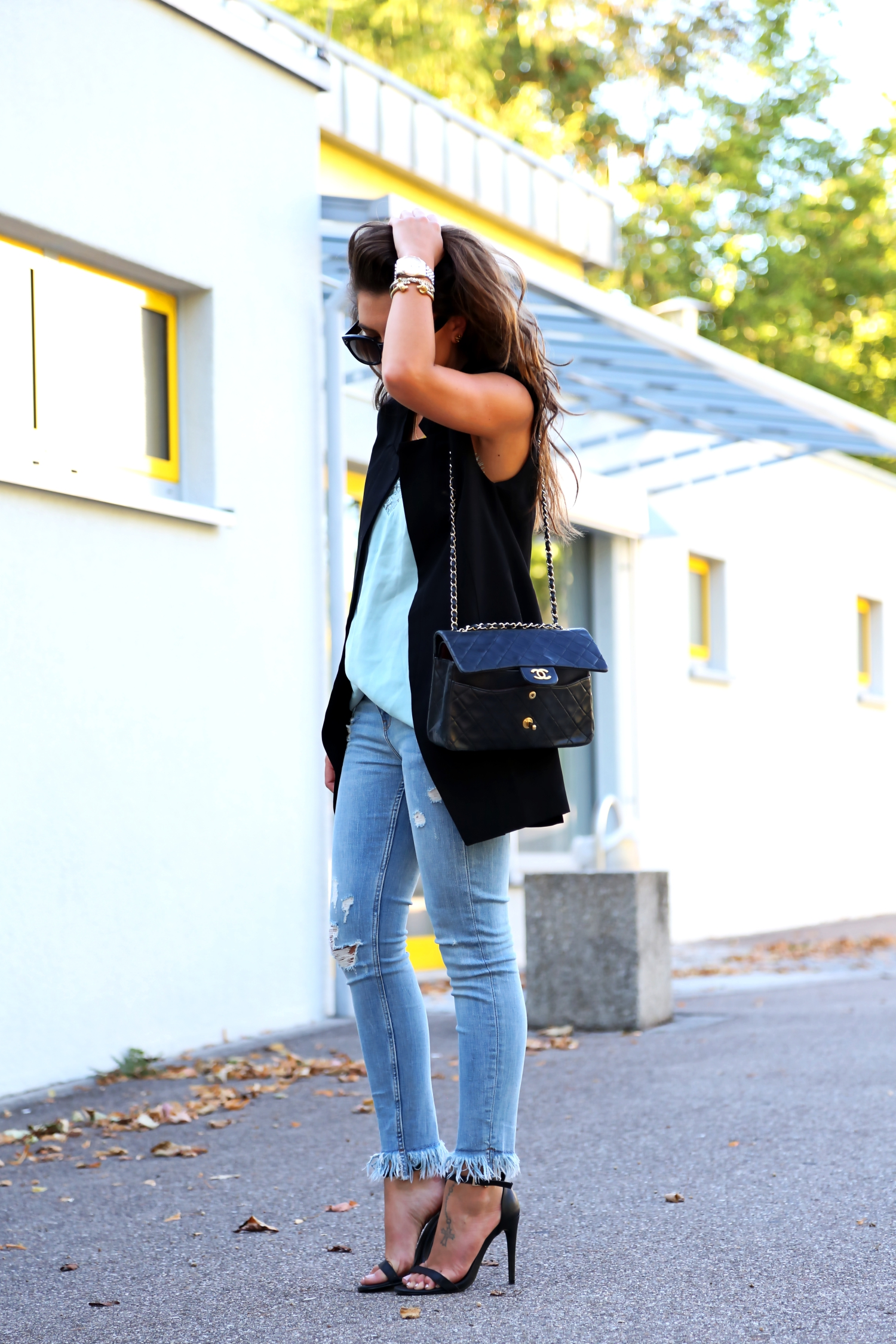 Outfit fringe jeans summer look chanel bag