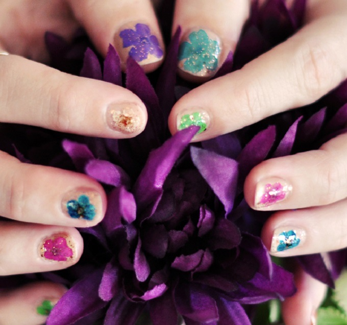 Pressed flower manicure