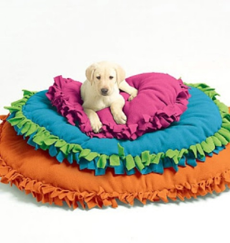 Fringe tied pet bed