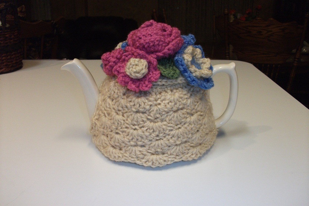 Shell stitch tea cozy with flowers