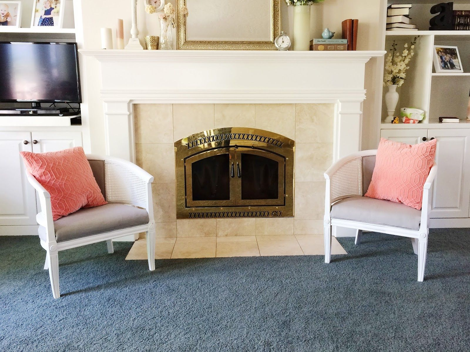 Wicker chairs painted in white in front of fireplace