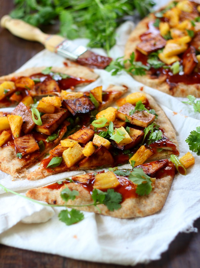 Barbecue naan pizza