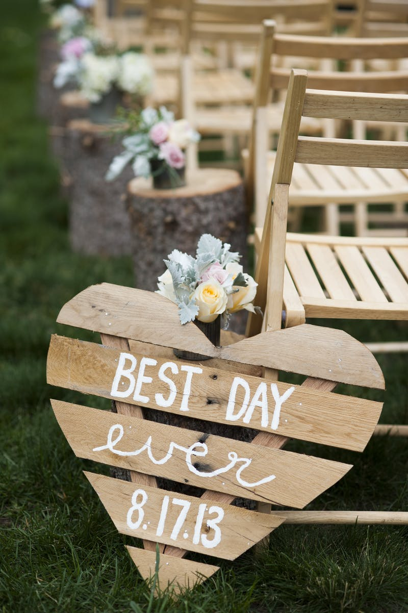 Diy memorable accent signs for rustic wedding