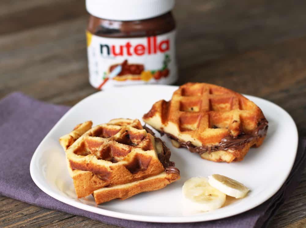 Nutella banana sandwiche waffle