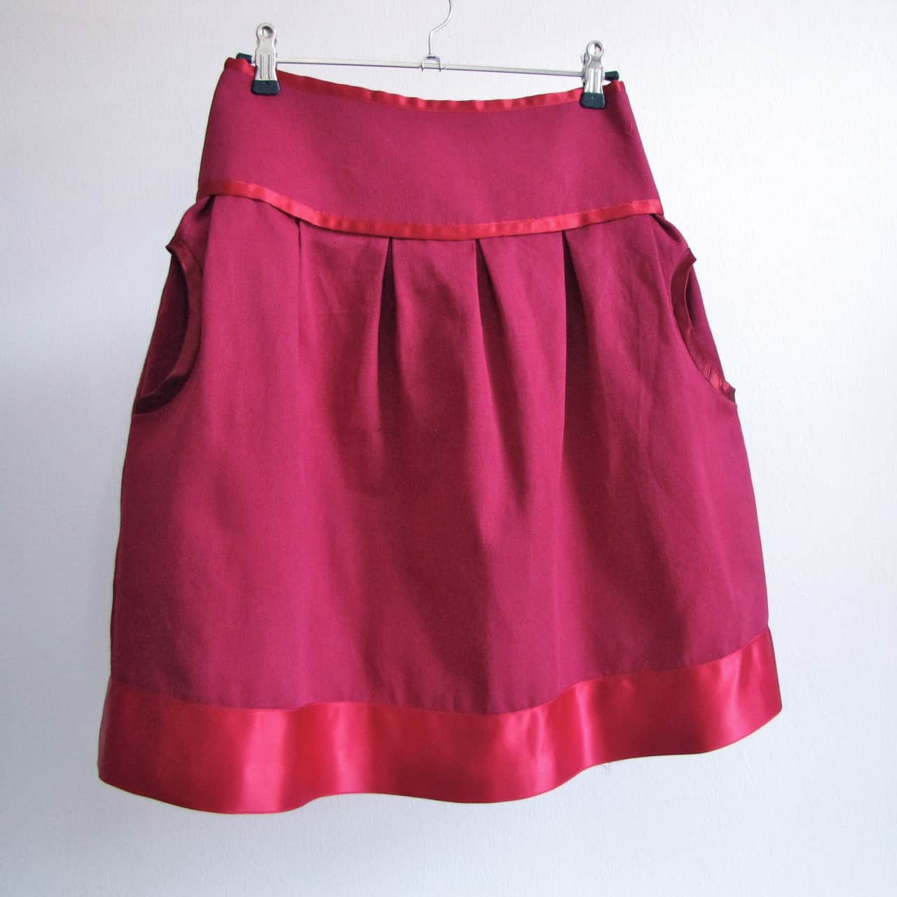 Circle skirt with pockets and a ribbon edging