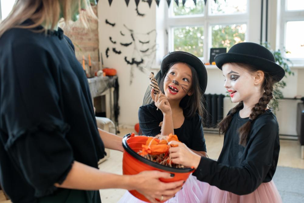 Girl group costumes matching mimes
