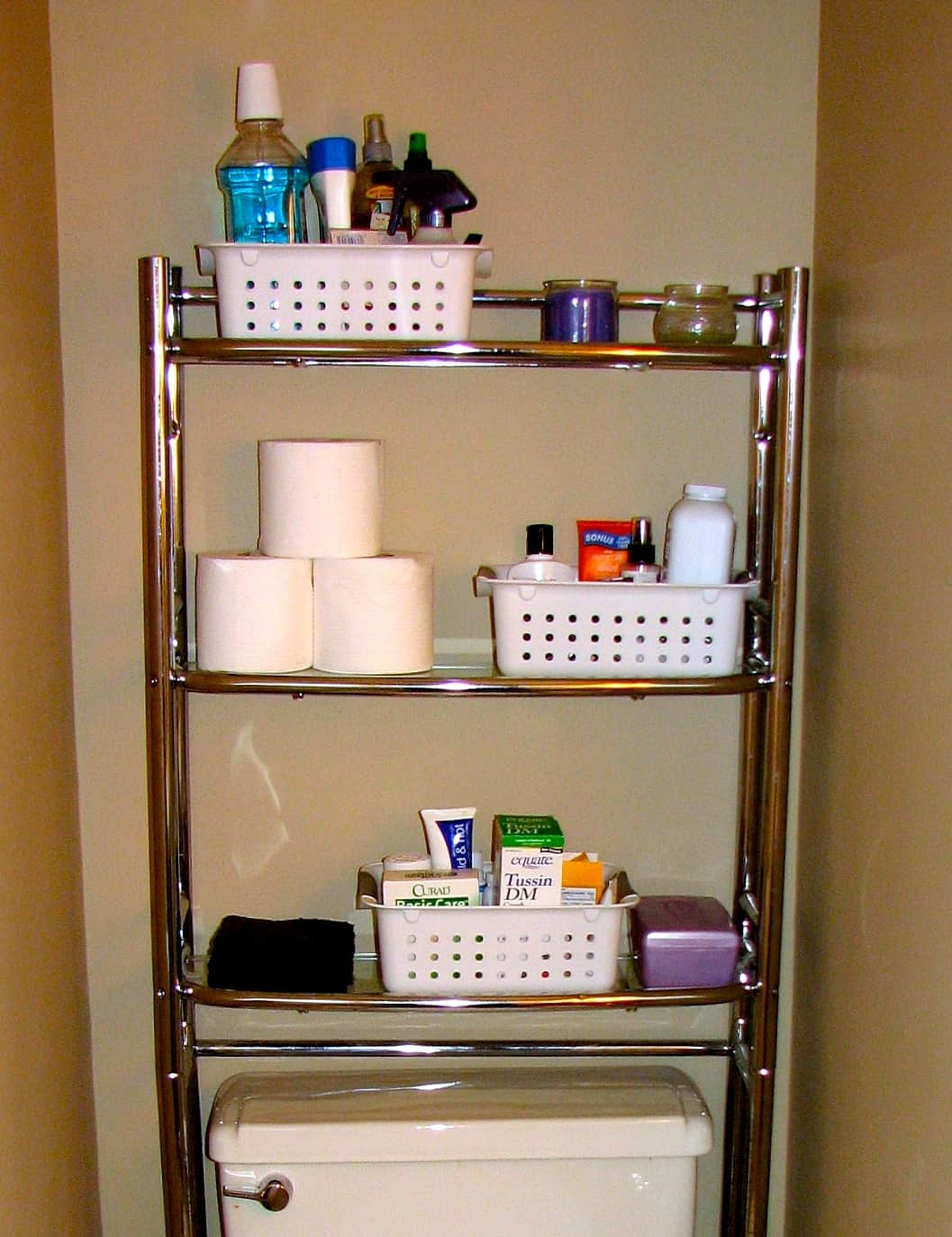 Diy storage ideas for small apartments for Bathroom shelving ideas for small spaces