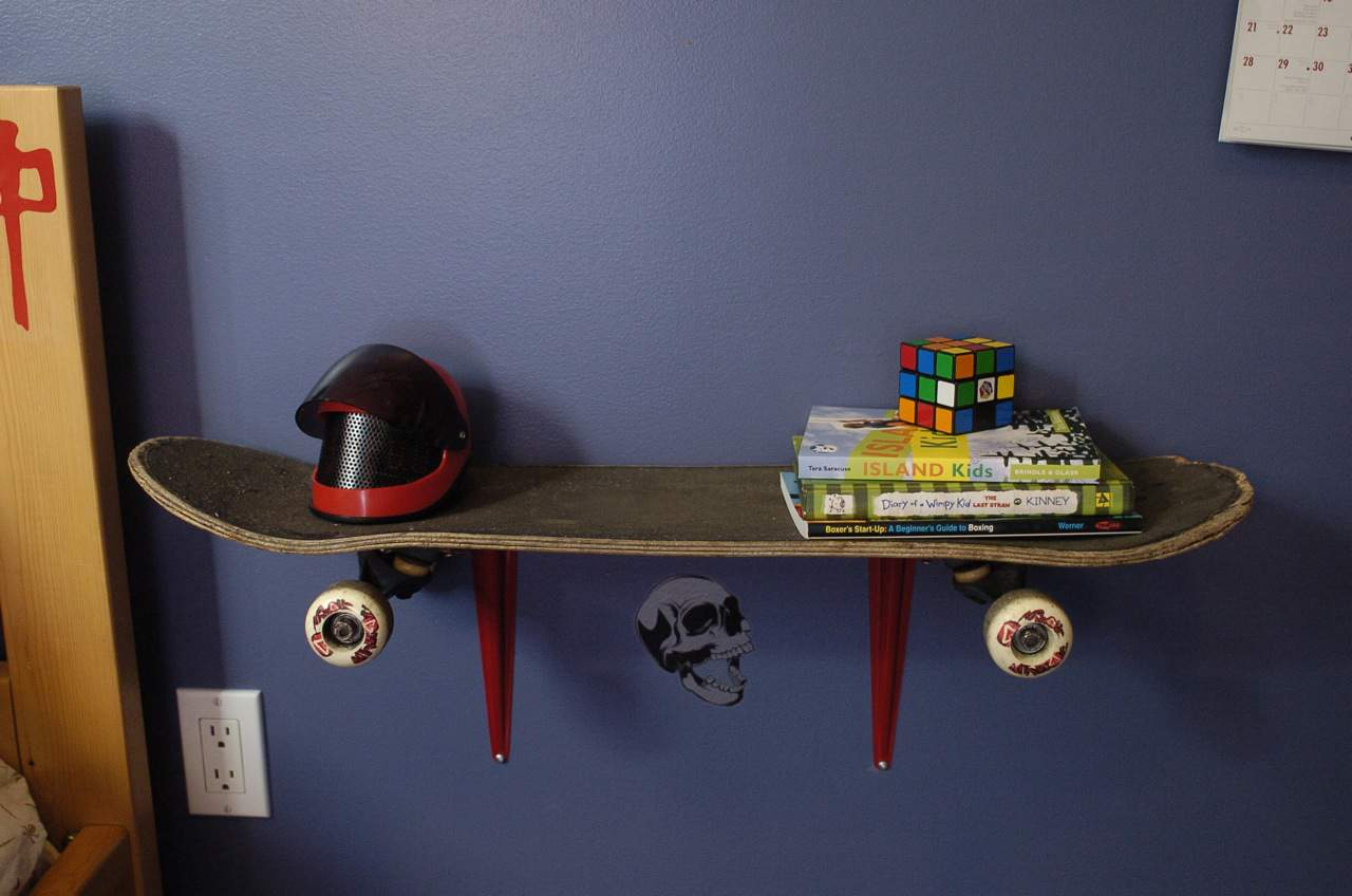 Single skateboard wall shelf