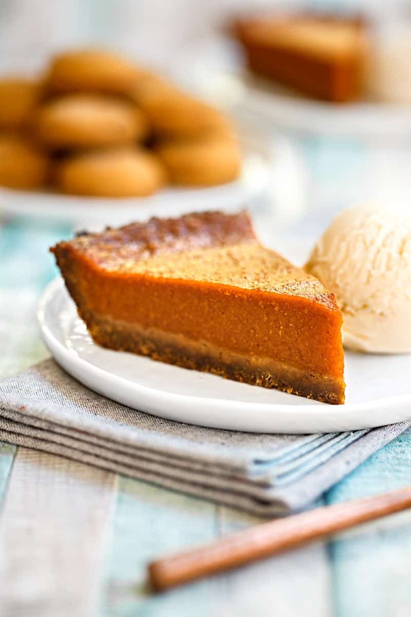 Pumpkin pie with gingerbread crust vert close 2