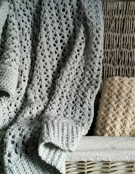 Easy 4 row repeat lace baby blanket