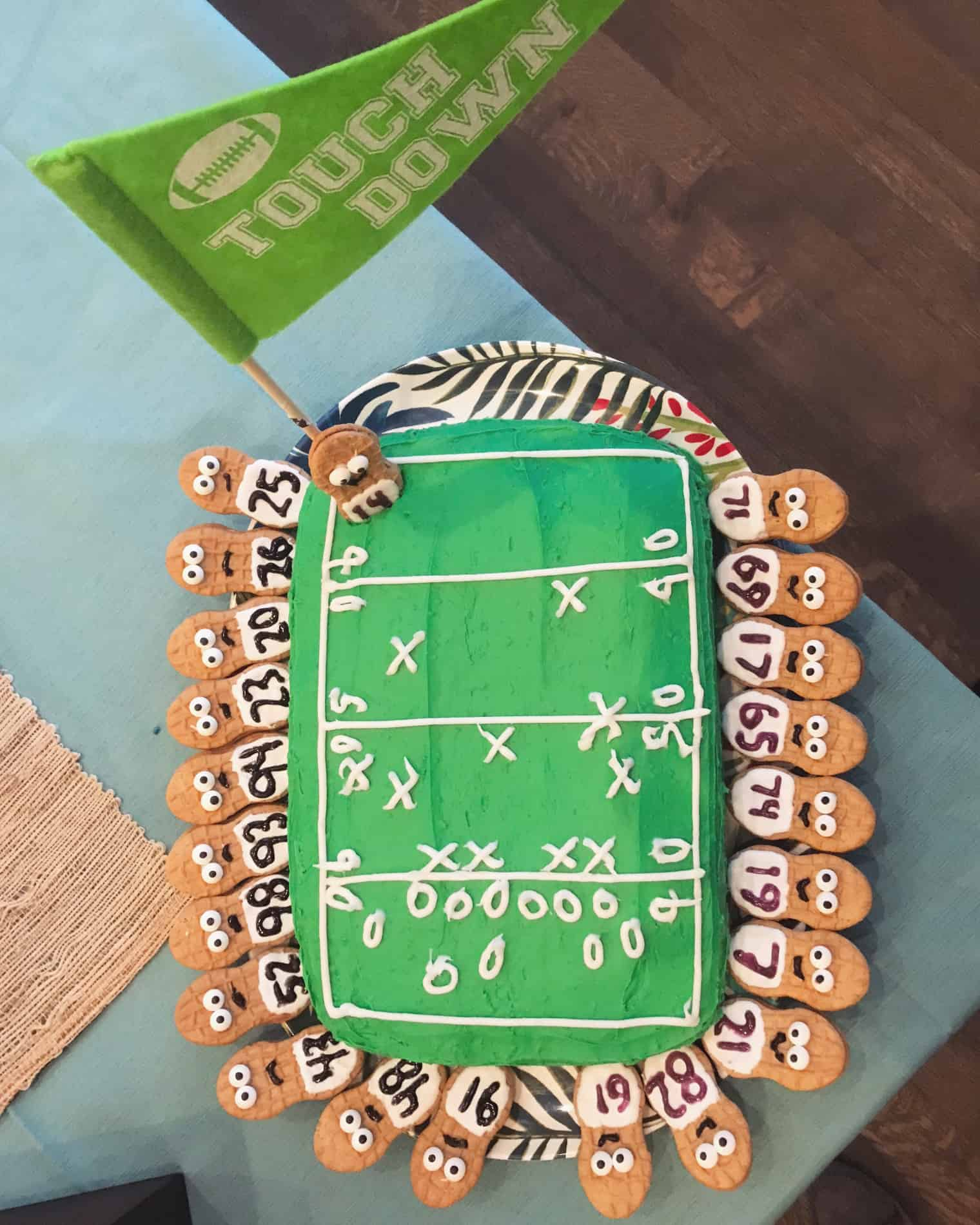 Touchdown cake with cookie players
