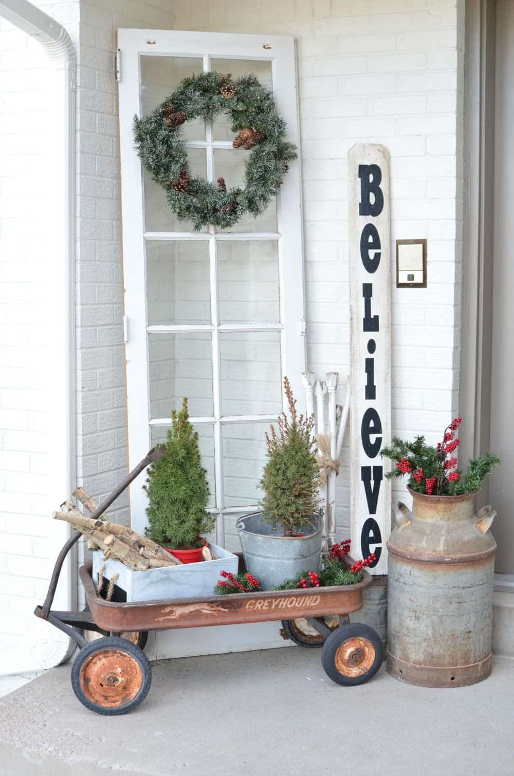 Christmas on the front porch vintage christmas decor ideas for your front porch 2 1540842795