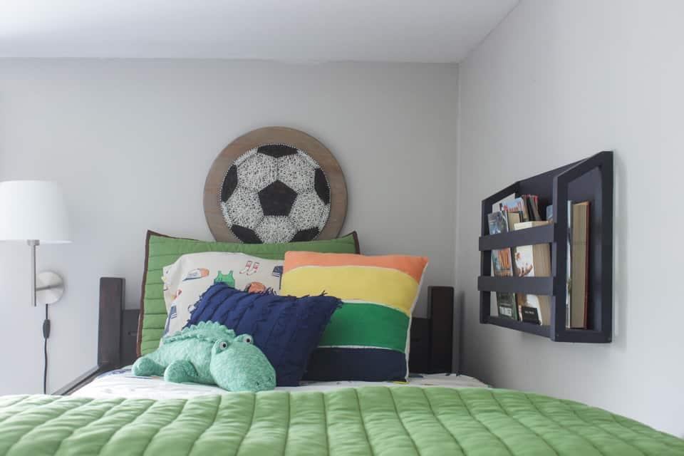 Wall mounted bedside bookshelf