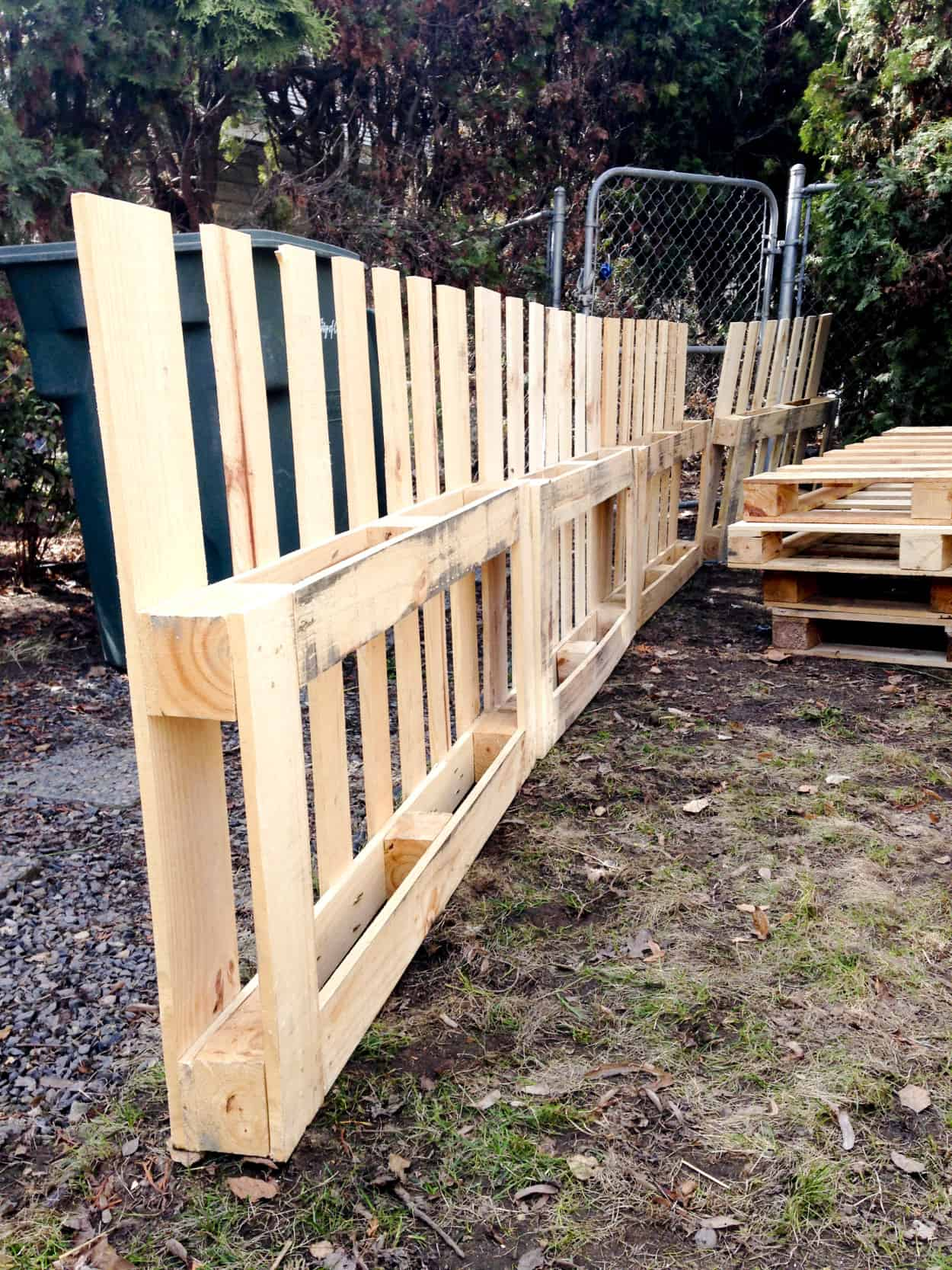 Gated pallet fence with trellises