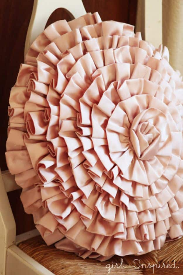 Ruffled spiral pillow