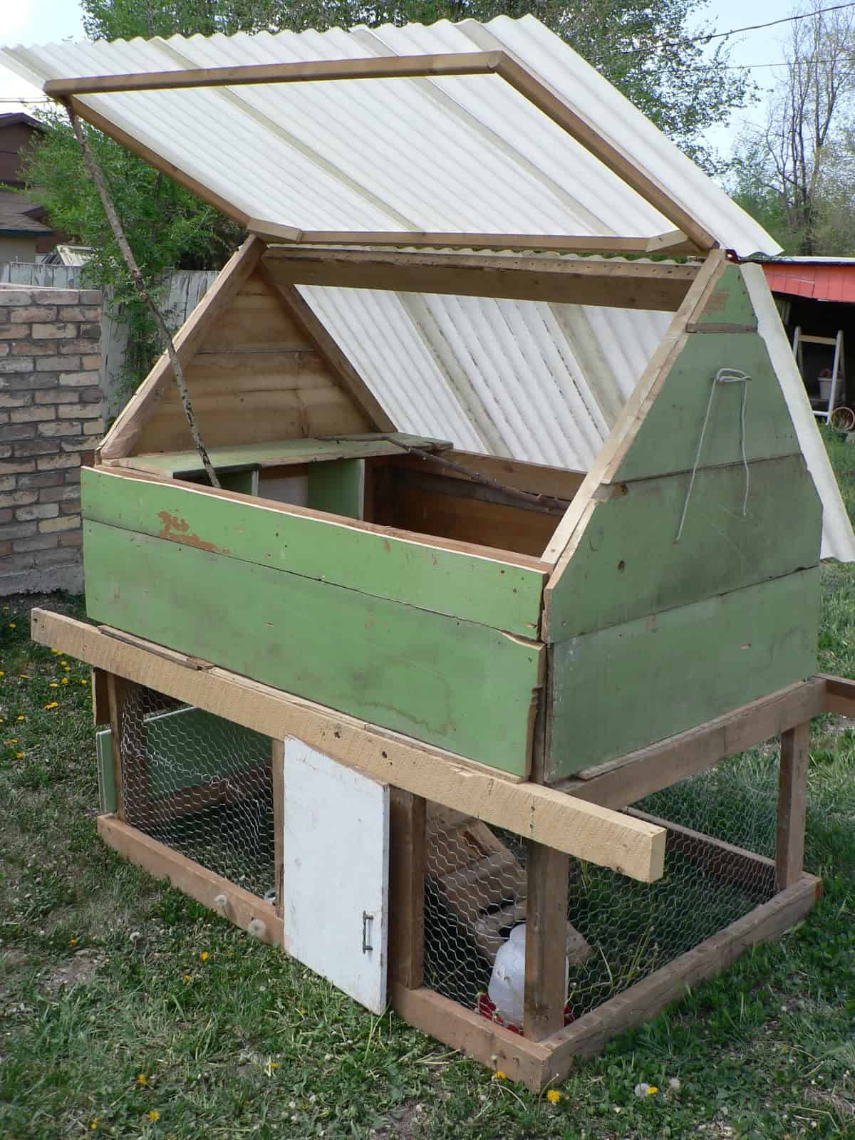 Short chicken coop with a lifting roof
