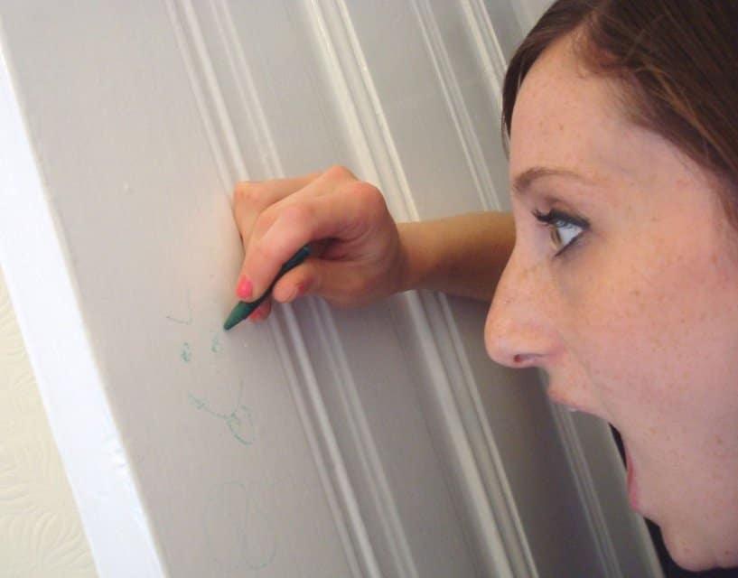 با استفاده از مسواک ، مداد رنگی را از روی دیوارها بردارید