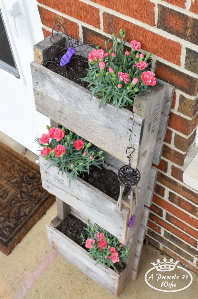Vertical pallet planter